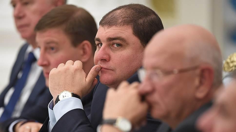 Избранный от КПРФ губернатор Вадим Потомский (в центре) остался в стороне от кампании