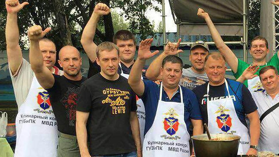 Скандал вокруг Дмитрия Захарченко (крайний слева в нижнем ряду) может привести не только к отставке начальника ГУЭБиПК Андрея Курносенко (крайний справа), но и к ликвидации всего главка