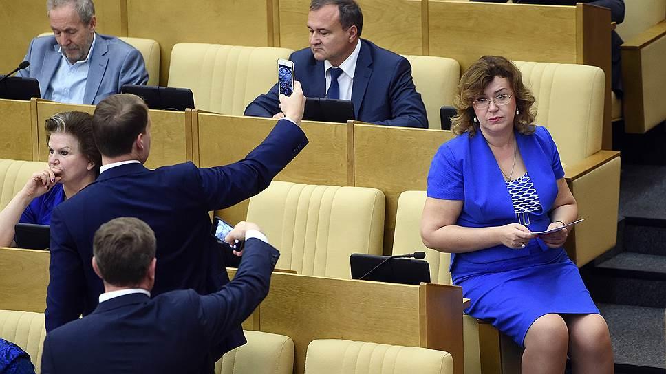 Депутат от партии «Справедливая Россия» Ольга Епифанова (справа)