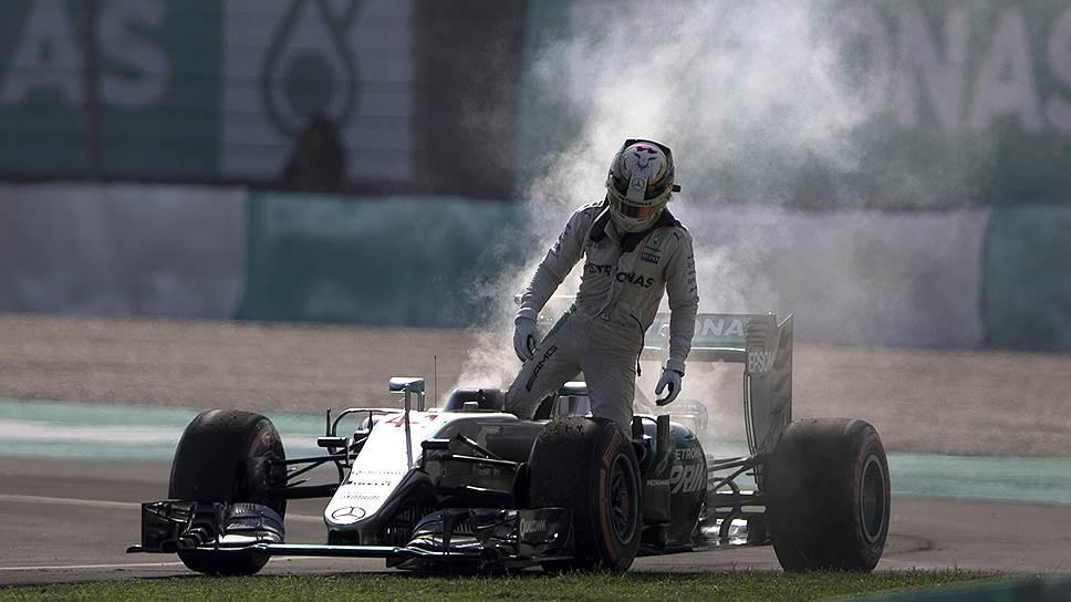 Загоревшийся в Малайзии мотор показался Льюису Хэмилтону признаком того, что родная команда мешает ему побеждать