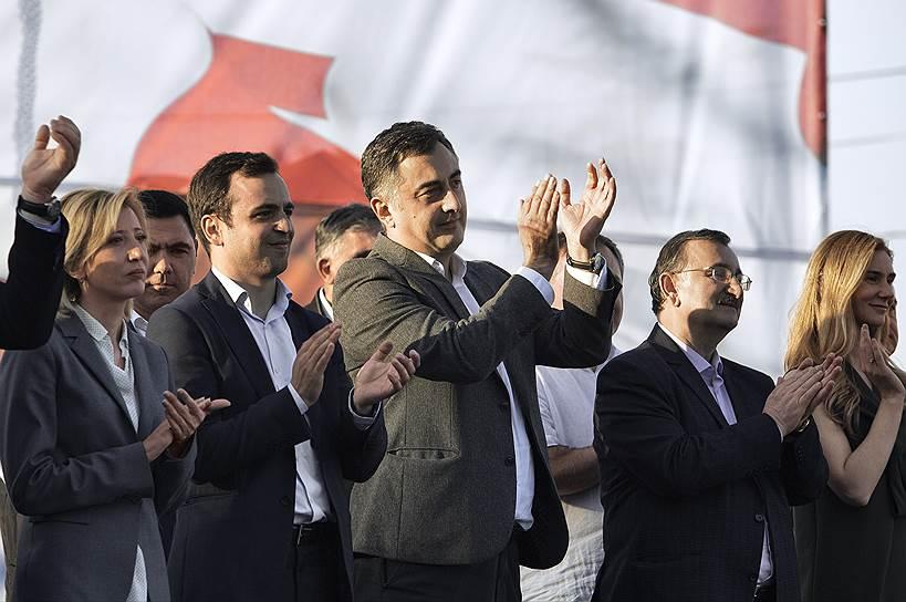 Члены ЕНД Отар Кахидзе (второй слева), Серго Ратиани (в центре) и Роман Гоциридзе (второй справа)