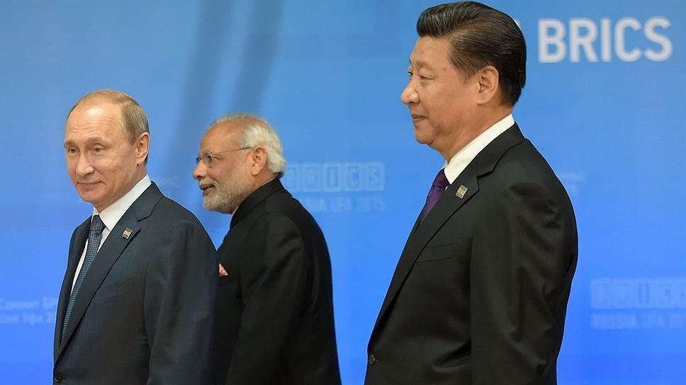 Слева направо: президент России Владимир Путин, премьер-министр Республики Индия Нарендра Моди и председатель Китайской Народной Республики Си Цзиньпин