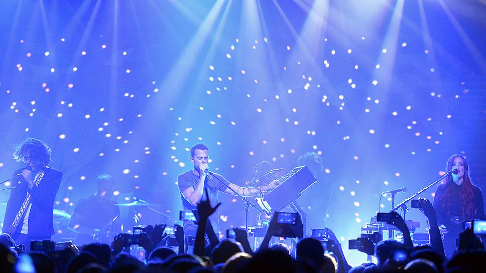 О космическом происхождении названия группы M83 на концерте напоминали мерцающие огни