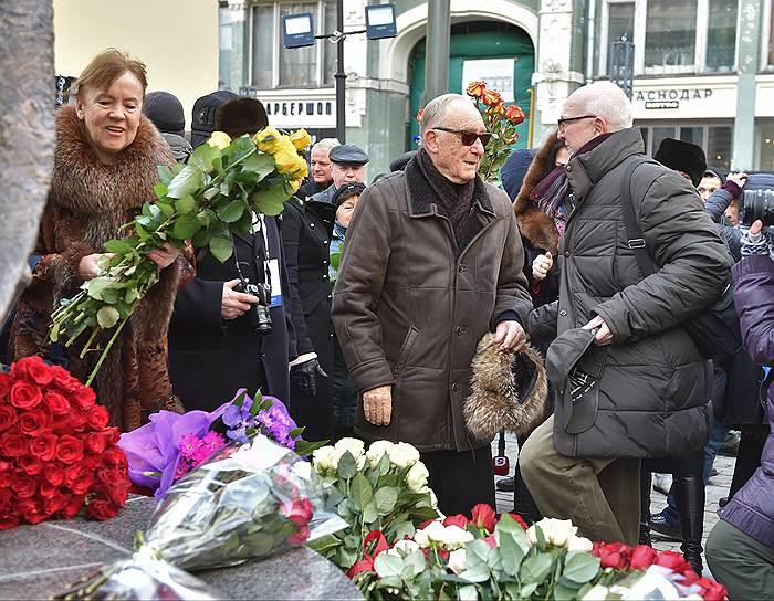 Открытие памятника Майе Плисецкой в сквере ее имени на улице Большая Дмитровка. Композитор Родион Щедрин (в центре)