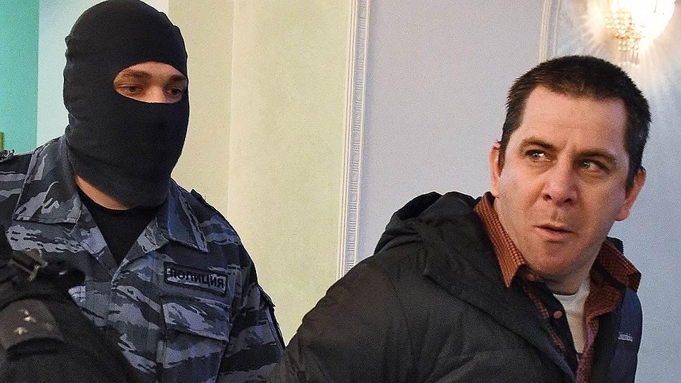 Темирлан Эскерханов (справа)