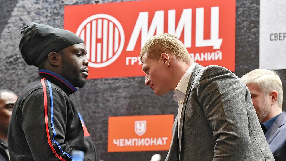 Канадский боксер Бермейн Стиверн (слева) и российский боксер Александр Поветкин