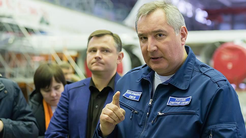 Вице-премьер Дмитрий Рогозин (справа)