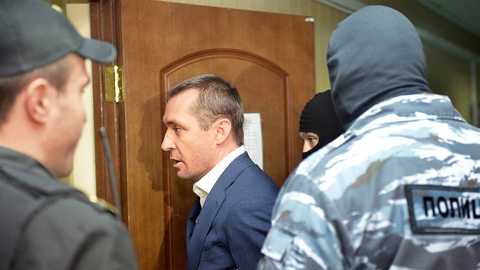 Бывший исполняющий обязанности начальника управления ГУЭБиПК МВД Дмитрия Захарченко (в центре)