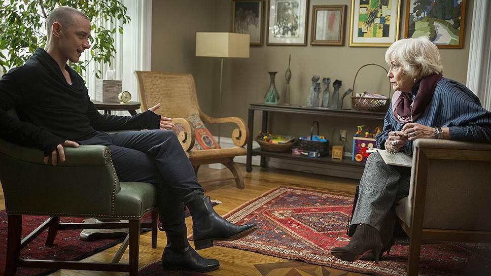 Кевин, он же Барри, он же Деннис, он же Патриция (Джеймс Макэвой), в котором мирно сосуществуют 23 личности,— давний пациент доктора Флетчер (Бетти Бакли)