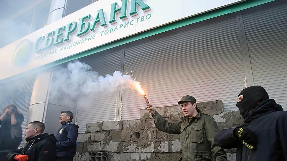 Почему срываются сделки по продаже дочерних структур госбанков РФ на Украине