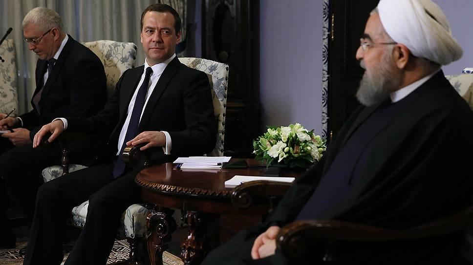 Глава правительства РФ Дмитрий Медведев пообещал президенту Ирана Хасану Роухани открыть новую страницу в российско-иранском сотрудничестве