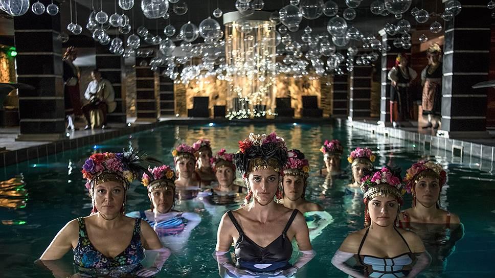Болгарский ансамбль «Черноморские красавицы» играет видную роль в приключениях бельгийского короля, но все же недостаточную, чтобы сделать эту комедию смешной