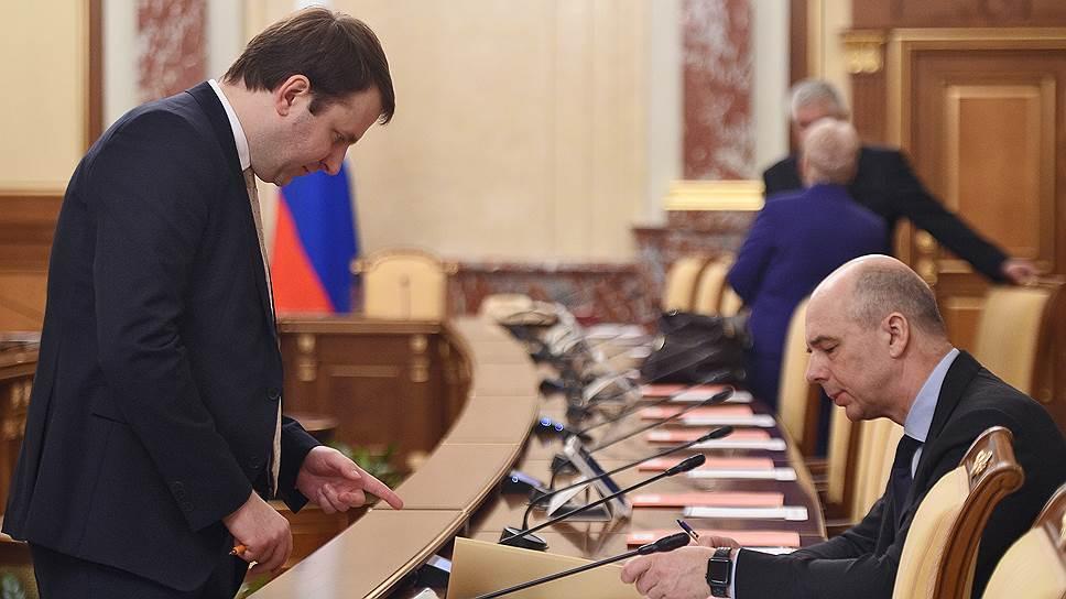Министр финансов Антон Силуанов (справа) посчитал, сколько и кому будет стоить в рублях налоговая идея министра экономики Максима Орешкина