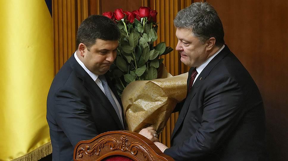 Если президент Петр Порошенко (справа) согласится на отставку премьера Владимира Гройсмана, это может привести к досрочным парламентским выборам