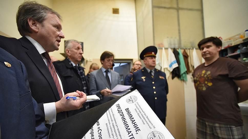 Борис Титов (слева) посетил «Матросскую Тишину», чтобы проверить, насколько обоснованно там оказались предприниматели