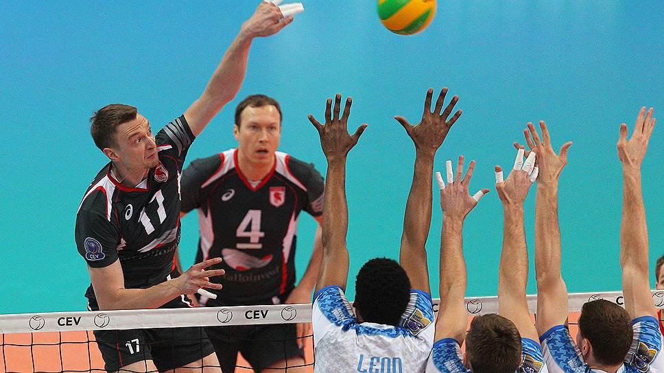 Домашний матч против «Белогорья» в «Раунде 6» play-off Лиги чемпионов не стал для волейболистов «Зенита» (в белой форме) легкой прогулкой