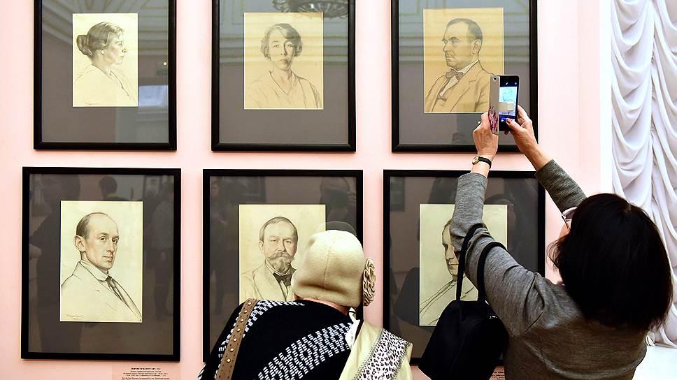 Тип карандашного портрета, который у Сомова и Бакста был показательно виртуозным, у Верейского вторичен