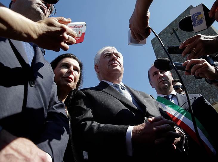 Госсекретарь США Рекс Тиллерсон прибудет в Россию из Италии, где он с коллегами по G7 обсуждал введение новых санкций в отношении Москвы из-за ее позиции по Сирии