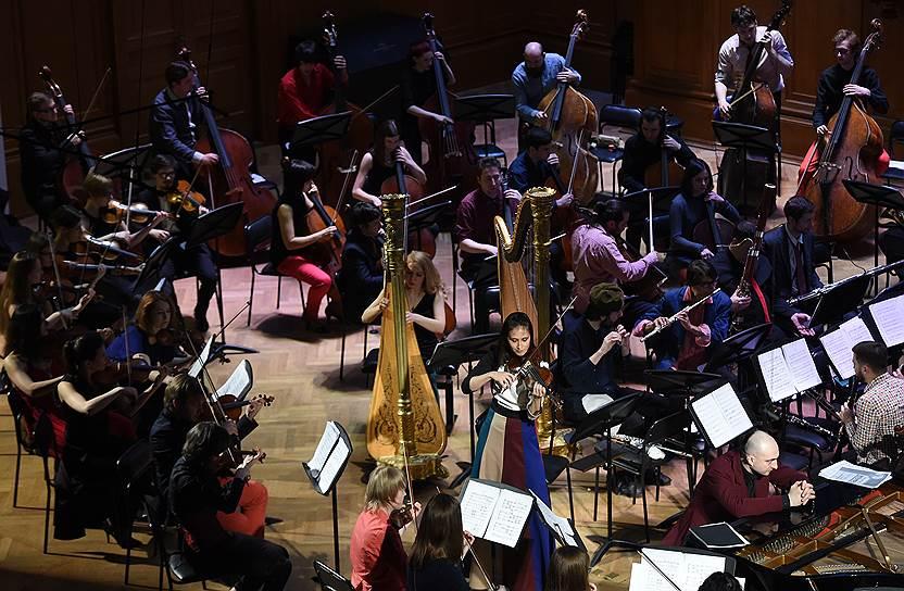 Поскольку Персимфанс играет без дирижера, рассадка музыкантов категорически не похожа на привычную