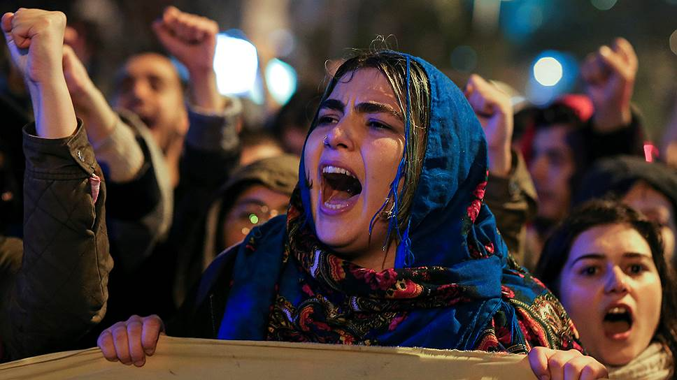 Противники укрепления единоличной власти президента Реджепа Тайипа Эрдогана проводят в крупных городах Турции массовые акции протеста