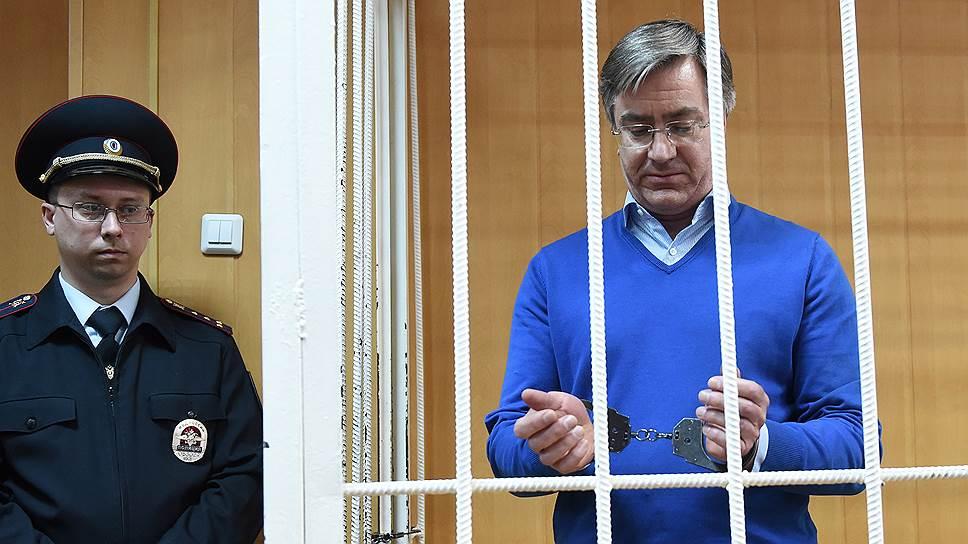 Дмитрий Амунц (справа) получил семь лет колонии и должен погасить ущерб в 29 млрд руб.