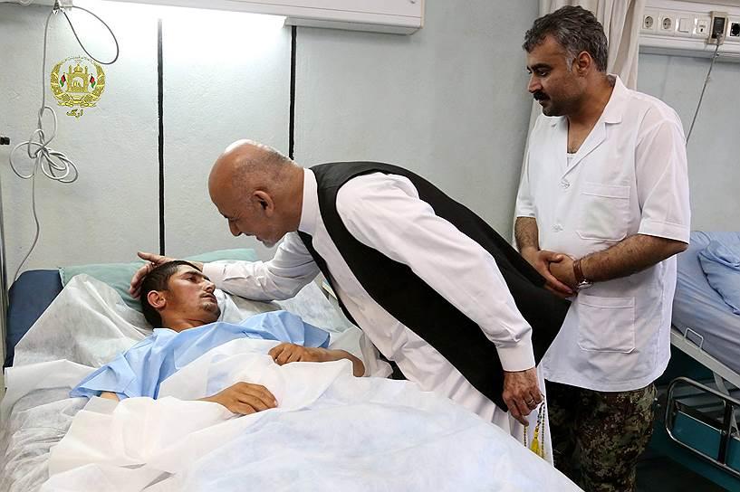 Президент Афганистана Ашраф Гани (на фото в центре) столкнулся с тем, что силы безопасности страны снова проиграли в поединке с талибами