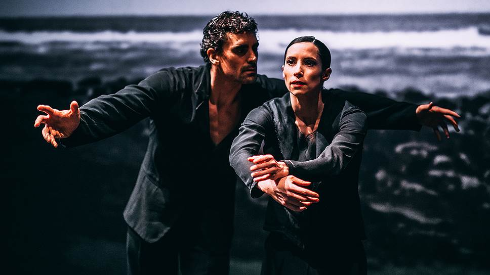 Герои балета «Silent Screen» сходят на сцену с гигантского экрана, на котором плещется неприветливое черно-белое море