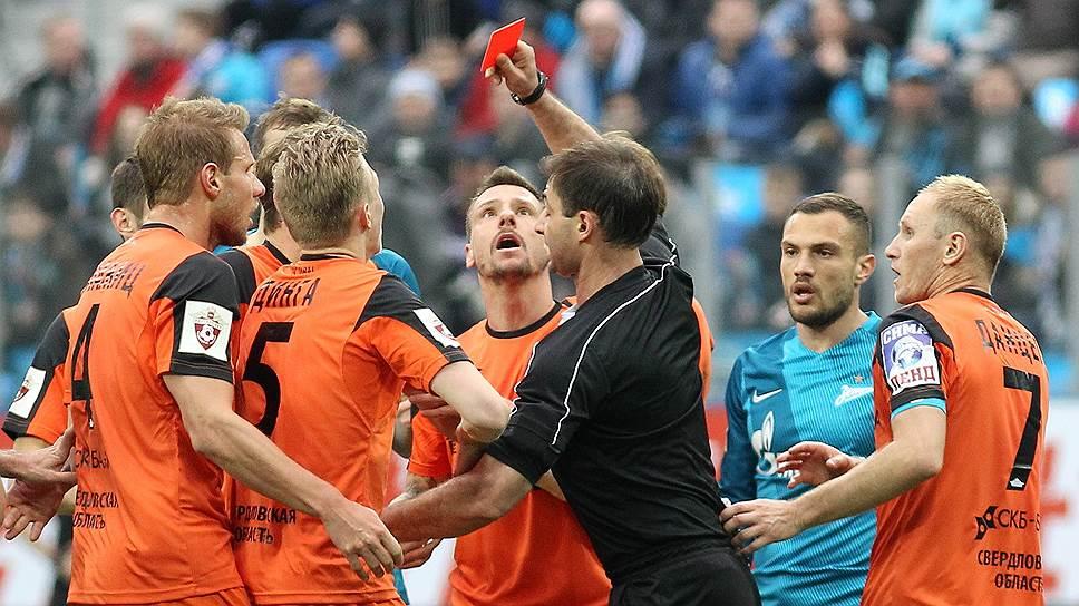 Судейство Алексея Еськова, удалившего в матче с «Зенитом» трех футболистов «Урала», стало самой обсуждаемой темой 24-го тура