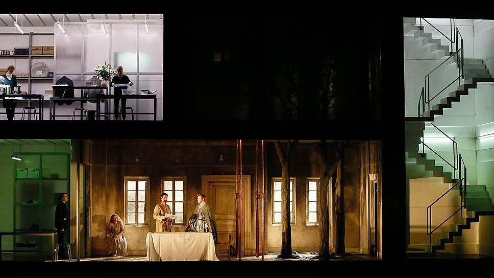 Декорация к спектаклю раскладывает происходящее на отдельные кадры, словно на монтажном столе