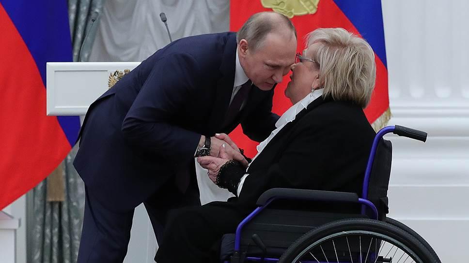 Кого Владимир Путин наградил звездами Героя труда