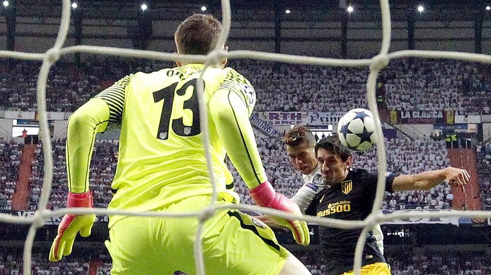 Первый гол Криштиану Роналду (в центре) в ворота «Атлетико» позволил нападающему «Реала» стать первым игроком, забившим 50 голов в матчах play-off Лиги чемпионов