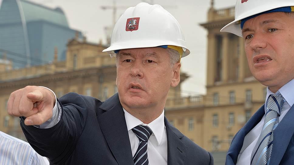 Мэр Москвы Сергей Собянин планирует реализовать программу сноса пятиэтажек на бюджетные средства, но его подчиненные уже думают о привлечении инвесторов