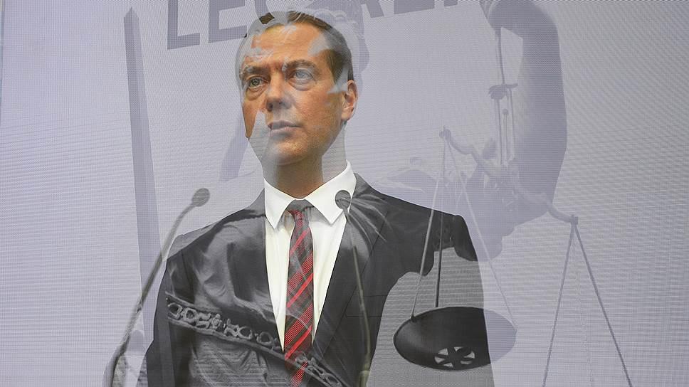 Глава правительства Дмитрий Медведев пообещал на Петербургском юридическом форуме, что в ходе контрольно-надзорной реформы удастся взвесить и актуализировать 2 млн устаревших и избыточных законодательных норм