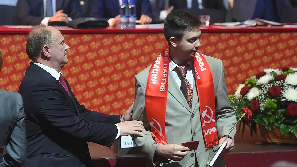 Геннадий Зюганов заводит молодых в политику, вручая им партбилеты КПРФ