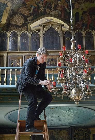 Люстры в Покровском соборе до сих пор только на свечах