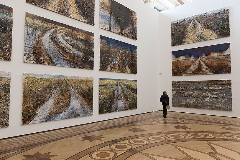 Огромный бальный Николаевский зал, самое престижное и парадное выставочное помещение музея, отдано живописи Кифера с потрохами