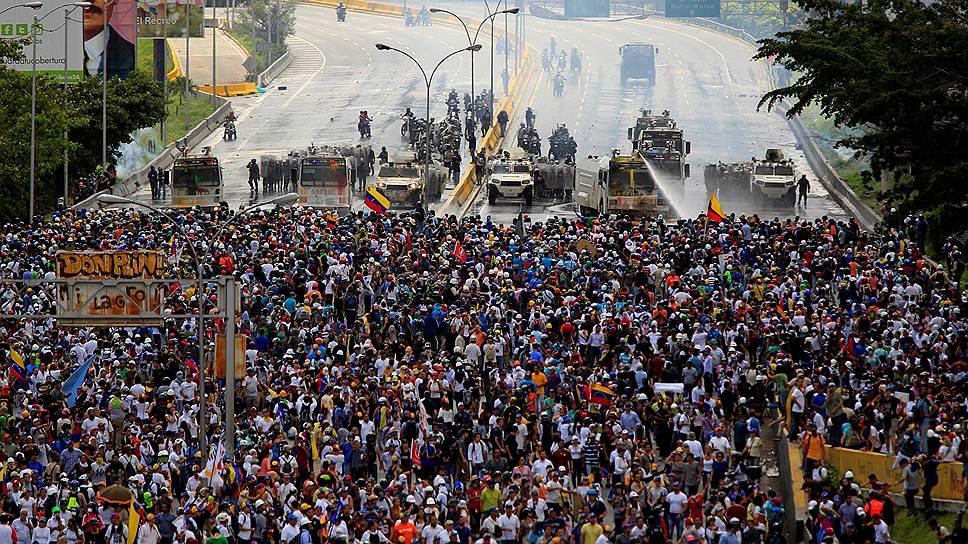Провал дипломатических усилий по урегулированию венесуэльского кризиса спровоцировал очередной виток уличного противостояния: противники Николаса Мадуро уже анонсировали новые акции протеста