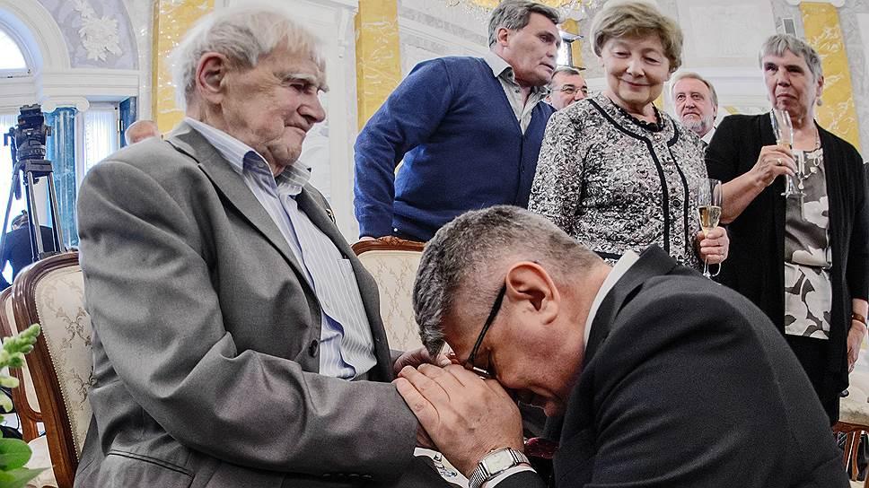 Как Владимир Путин наградил Даниила Гранина в Константиновском дворце