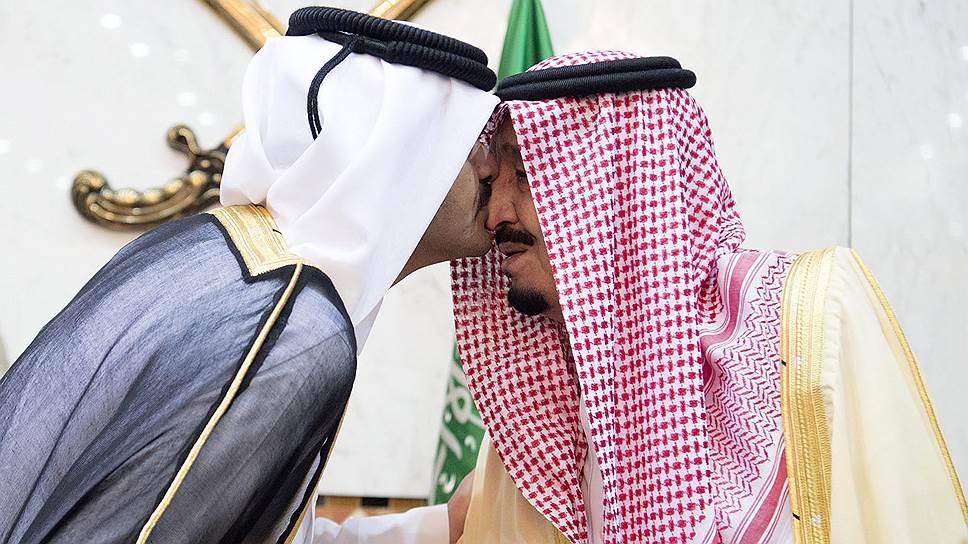 Поцелуи саудовского короля Сальмана (справа) с эмиром Катара Тамимом бен Хамадом Аль Тани оказались не до конца искренними