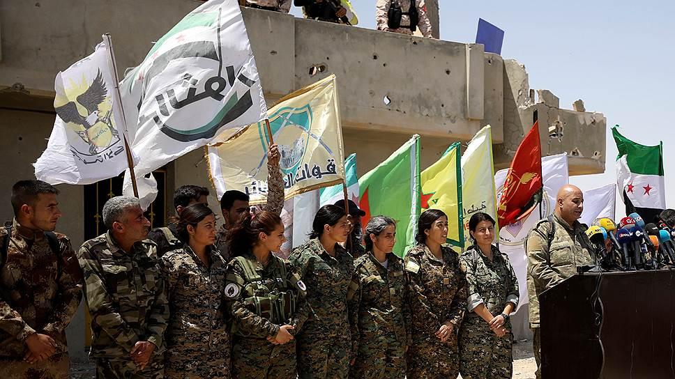 Спустя несколько часов, после того как представитель «Сил демократической Сирии» Талал Сило (справа) объявил масштабное наступление на Ракку, курдские отряды вошли в один из восточных кварталов города