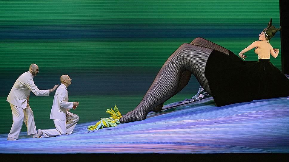 В каждом сочетании предметов и фигур на сцене есть парадокс, секрет, внутренний трюк