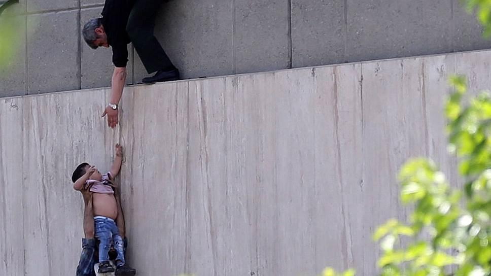 Комментируя нападение на парламент (на фото), власти Ирана были категоричны: подорвать их активную и эффективную антитеррористическую деятельность «Исламскому государству» не удастся