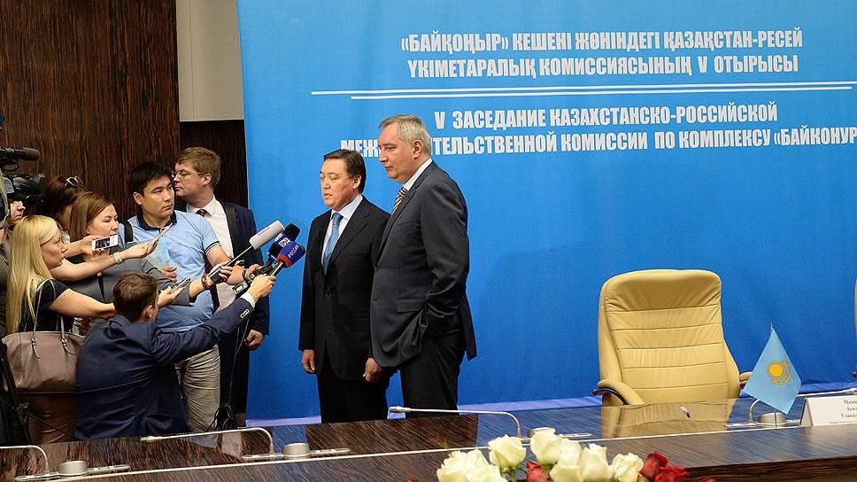 Вице-премьер России Дмитрий Рогозин (справа) и вице-премьер Казахстана Аскар Мамин