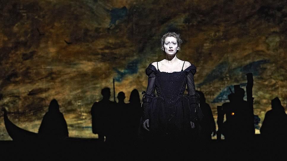Эльза Лепуавр сыграла злодейку Лукрецию Борджиа на сцене МХТ, превратившейся в Венецианскую лагуну