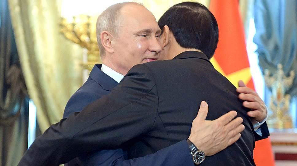 Владимир Путин, увидев Чан Дай Куанга, сгоряча обнялся с ним два раза подряд