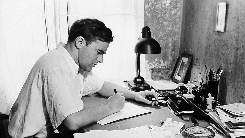 Даниил Гранин за письменным столом. Фото 1955 года