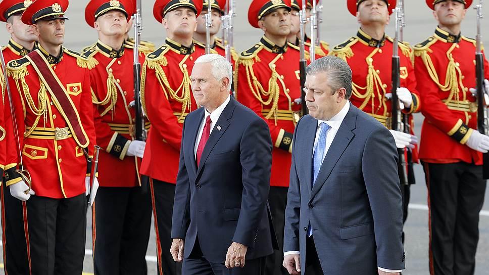 Приветствуя вице-президента США Майка Пенса (слева) в Тбилиси, грузинский премьер Георгий Квирикашвили назвал отношения Грузии и США «братскими»