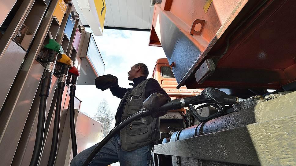 Почему бензин и дизтопливо отказываются дешеветь