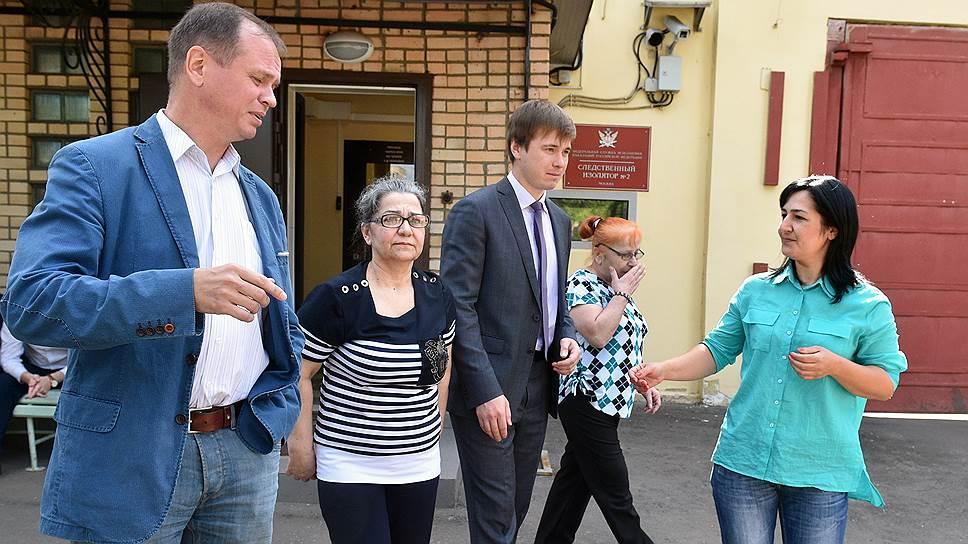 Адвокат Иван Павлов (слева) продолжит оспаривать законность приговоров Анник Кесян (вторая слева) и Марины Джанджгавы (вторая справа), осужденных за госизмену, но помилованных