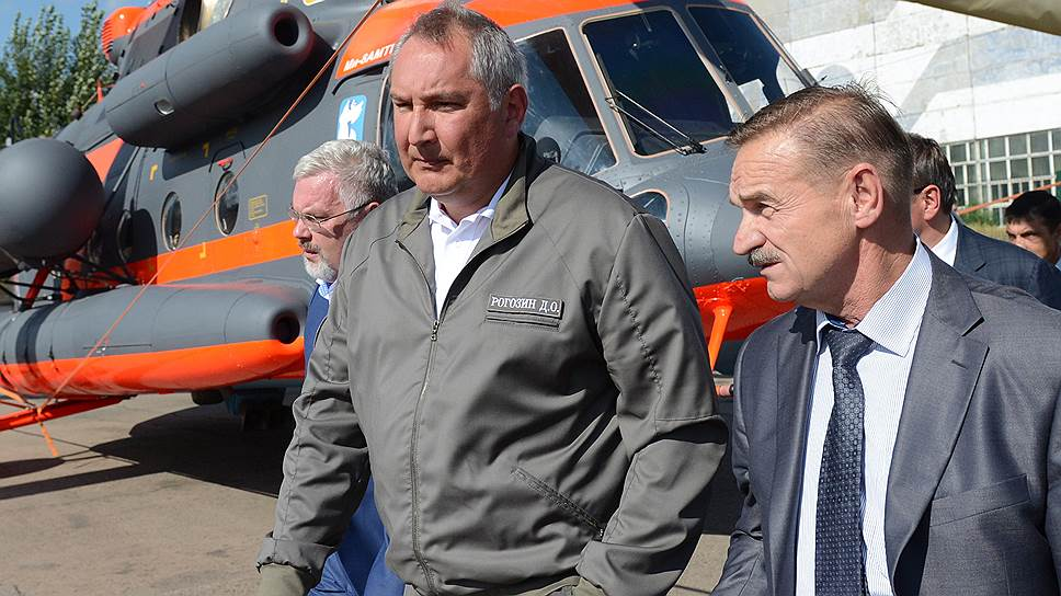 Дмитрий Рогозин (в центре) визитом в Бурятию поддержал авиационную промышленность и врио главы республики Алексея Цыденова